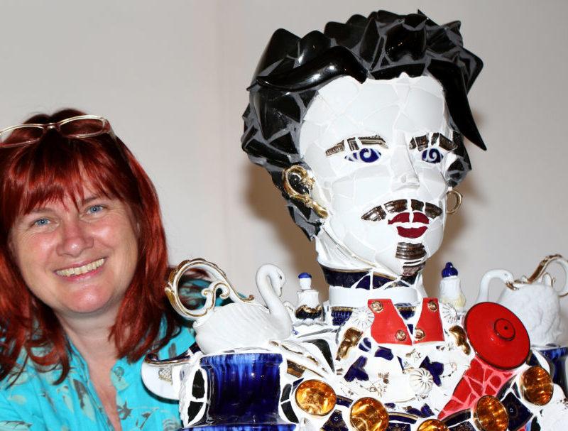 Künstlerin Margit Grüner zusammen mit der Mosaikfigur von König Ludwig II. (Foto: Margit Grüner)