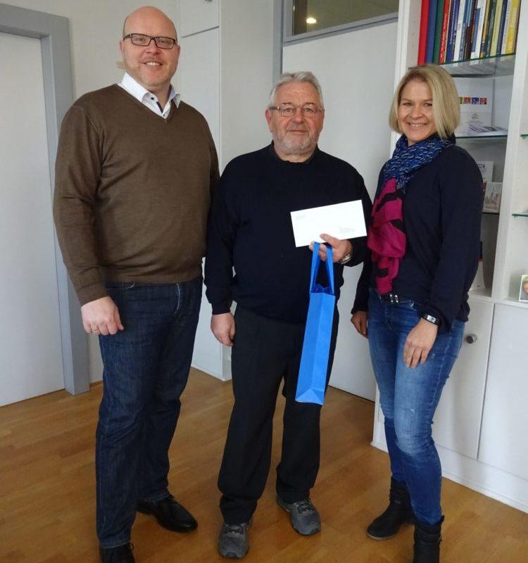 Gewinner Günther Stempfle (Mitte) zusammen mit Bürgermeister Gerrit Maneth und Manuela Lutmayr (Foto: Stadt Höchstädt)