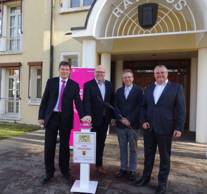 Auf dem Bild von links: Markus Sand, Telekom, Bürgermeister Gerrit Maneth, Achim Oelkuch, Geschäftsstellenleiter, Holger Betz, Telekom (Foto: Stadt Höchstädt)