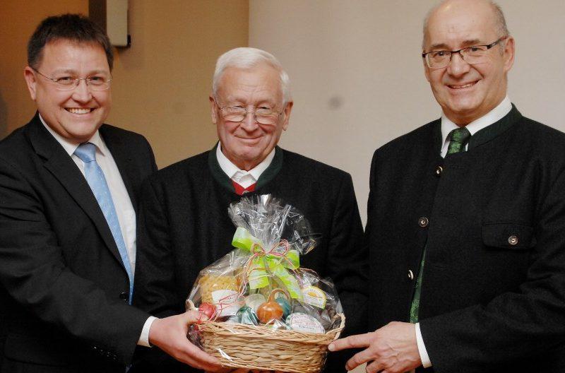 Neujahrsempfang der Gemeinde Blindheim, von links: Bürgermeister Jürgen Frank, Erwin Mayer, 2. Bürgermeister Helmut Gerstmayer (Foto: v. Weitershausen, DZ)