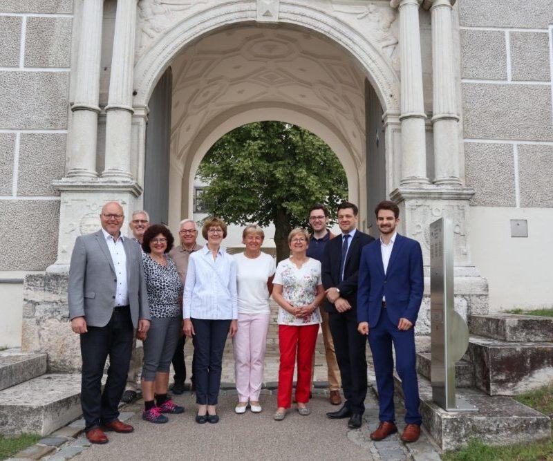 Die Helferinnen und Helfer des Förderkreises Schloss Höchstädt mit dem französischen Kulturattaché Louis Marandet. (Foto: Manuel Knoll)
