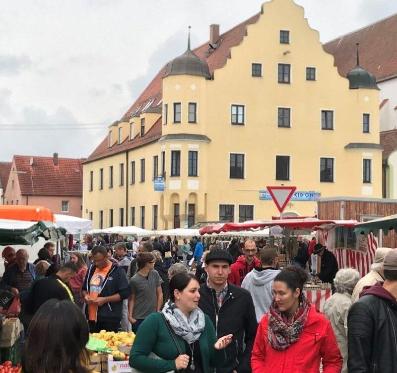 Buntes Markttreiben (Foto: Sonja Gastl, Stadt Höchstädt)