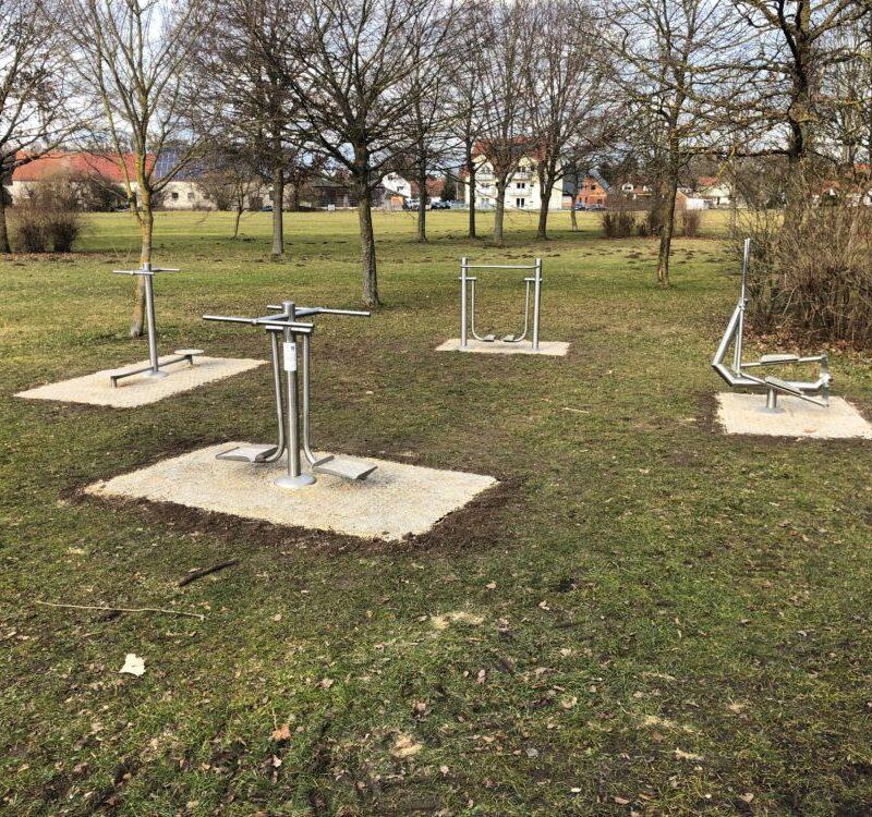 Fitnessgeräte im Stadtpark mit neuer Bodenfläche (Foto: Gerrit Maneth, Stadt Höchstädt)