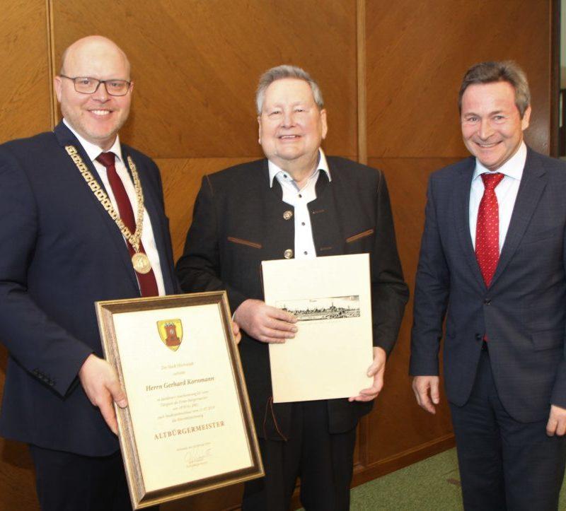 Auf dem Bild von links: Bürgermeister Gerrit Maneth, Altbürgermeister Gerhard Kornmann, Landrat Leo Schrell (Foto: C. Kohout, Stadt Höchstädt)