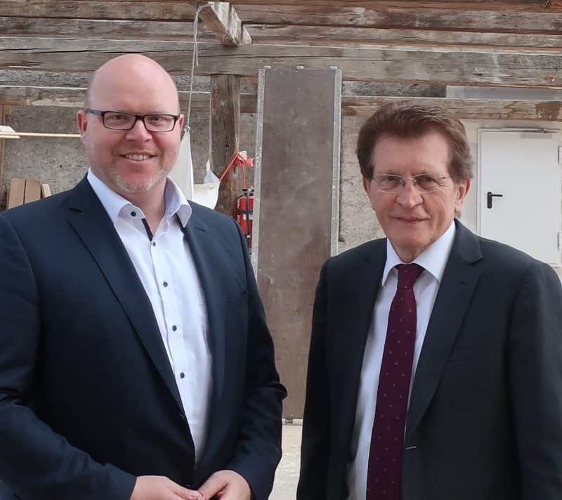 Erster Bürgermeister Gerrit Maneth dankte MdL Georg Winter für seinen nachhaltigen Einsatz in Sachen Grund- und Mittelschulfinanzierung (Foto: Thomas Wanner, Stadt Höchstädt)