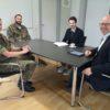 Auf dem Bild von links: Hauptmann Andreas Heydenreich, Stabsfeldwebel Alexander Genthner, Referent Manuel Knoll, Bürgermeister Gerrit Maneth (Foto: Stadt Höchstädt, Claudia Kohout)