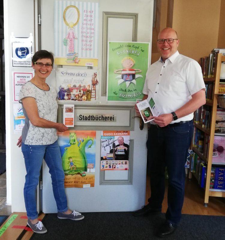 Auf dem Bild: Büchereileitung Maria Hergöth und Bürgermeister Gerrit Maneth (Bild: Tina Hergöth, VG Höchstädt)