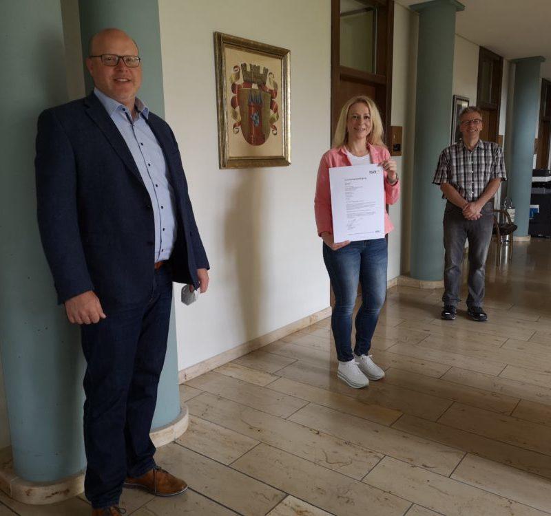 Auf dem Bild v. l.: Bürgermeister Gerrit Maneth, Silke Diehl, Achim Oelkuch (Foto: Stadt Höchstädt)